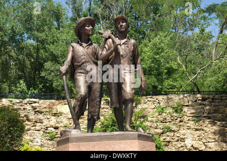 Huck Finn e Tom Sawyer statua vicino a Mark Twain's boyhood home, Annibale, Missouri. Fotografia digitale Foto Stock