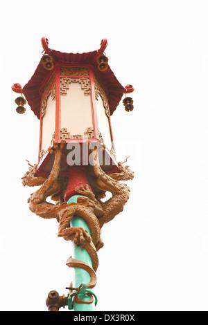 Chinatown cinese ornati strada lampada lanterna con draghi, San Francisco, California, Stati Uniti, basso angolo Foto Stock