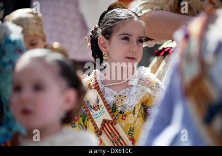 Valencia, Spagna. Xviii Mar, 2014. Ragazze in costume tradizionale sono visibili durante il Fallas Festival Parade Foto Stock