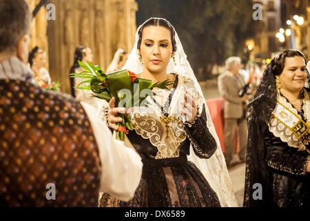 Valencia, Spagna. Marzo 18th, 2014: Un Fallera offre finalmente il suo bouquet di fiori alla Vergine e mani oltre Foto Stock