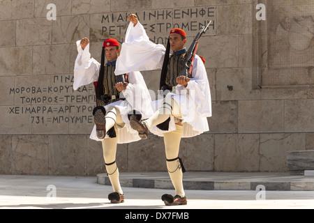 Soldati greci, Evzones, marciando accanto alla tomba del Milite Ignoto, al di fuori del palazzo del Parlamento, Foto Stock