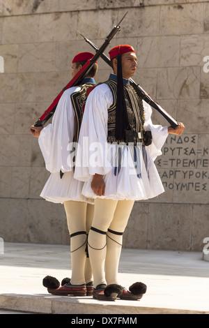 Soldati greci, Evzones, accanto alla tomba del Milite Ignoto, al di fuori del palazzo del Parlamento, Atene, Grecia Foto Stock