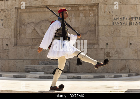 Soldato greco, Evzone, marciando accanto alla tomba del Milite Ignoto, al di fuori del palazzo del Parlamento, Atene, Foto Stock