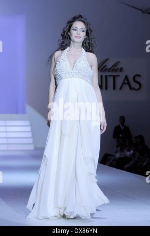 ... Raffaella Fico modelli un abito da sposa in passerella per il marchio  di moda