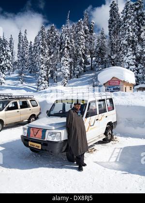 India, Kashmir Gulmarg, Himalayan Ski Resort Main Bazaar, driver e condividere il taxi con le catene sulle ruote Foto Stock