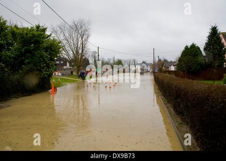 Villaggio inondato di Steeple Bumpstead in Essex oggi dopo dopo la pioggia caduta nella notte Pic George Impey Foto Stock