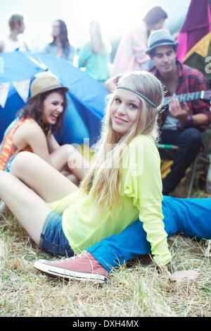 Ritratto di donna appendere fuori con gli amici al di fuori le tende presso il festival di musica Foto Stock