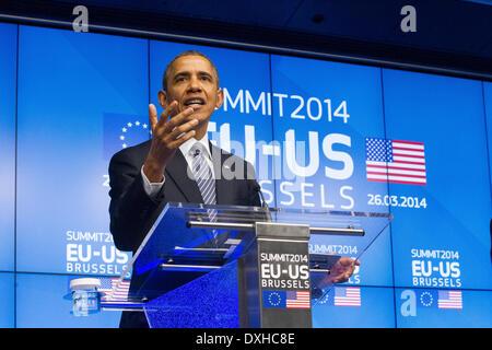 Barack Obama Stati Uniti del Presidente USA visite ritratto dell'UE headshot serio parlare parlare le mani Foto Stock