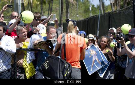 Key Biscayne, Florida, Stati Uniti d'America. 26 Mar, 2014. Key Biscayne - marzo 26: MARIA SHARIPOVA (RUS) firma autografi per i fan che hanno atteso per la sua a venire fuori la pratica tribunali prima del suo Semi-Final corrispondono. (Foto di Andrea, Patrono) Credito: Andrea, Patrono/ZUMAPRESS.com/Alamy Live News Foto Stock