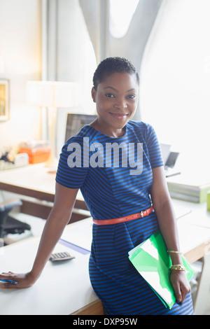 Ritratto di fiducioso imprenditrice in office Foto Stock