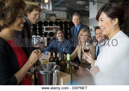 Sommelier e coppie degustazione di vino in negozio Foto Stock