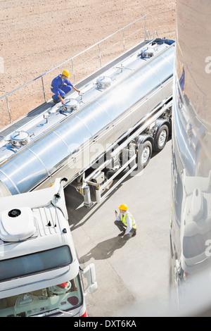 I lavoratori di tutto in acciaio inox autocisterna per il latte Foto Stock
