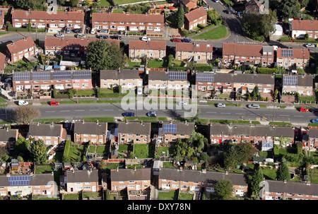 Vista aerea del moderno e il vecchio alloggiamento del consiglio con i pannelli solari sul tetto Foto Stock