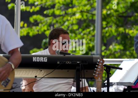 """""""Lights Out da nove """" lettore tastiera esecuzione presso il Mardi Gras, parte dell'Edinburgh Jazz e Blues Festival Foto Stock"""