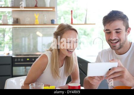 Giovane a colazione utilizza lo smartphone