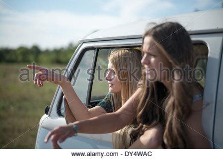 Due giovani amici di sesso femminile in camper Foto Stock