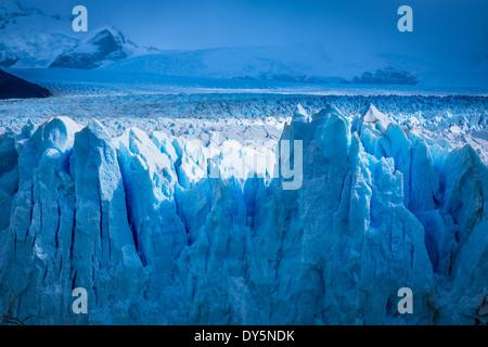 Il Ghiacciaio Perito Moreno è un ghiacciaio situato nel parco nazionale Los Glaciares nel sud-ovest di Santa Cruz Foto Stock