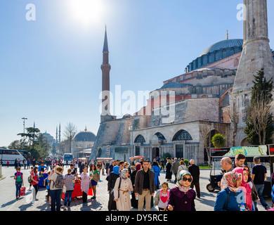 La folla su Kabasakal Caddesi accanto a Hagia Sophia (Aya Sofya) guardando verso la Moschea Blu (Sultanahmet Camii), Foto Stock