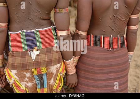Hamer donne con bracciali a bull jumping cerimonia vicino a Turmi nella valle dell'Omo, Etiopia Foto Stock