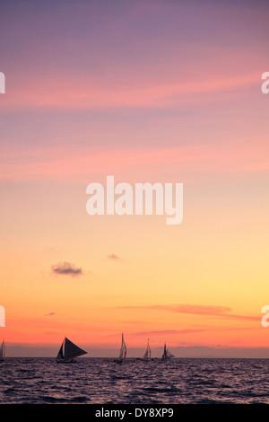 Filippine, Visayas Boracay Island, White Beach, tradizionale barca a vela al tramonto Foto Stock