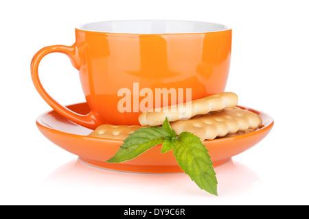 Tazza di bevanda con cracker e menta. Isolato su sfondo bianco Foto Stock