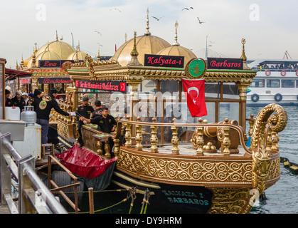 Barche decorativo di vendita del pesce panini vicino al Ponte di Galata, quartiere Eminonu, Istanbul, Turchia Foto Stock