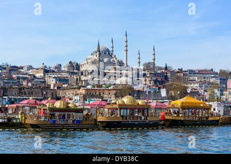 Barche decorativo di vendita del pesce panini (Tarihi Eminonu esitano Ekmek) con la Moschea di Suleymaniye dietro, Foto Stock