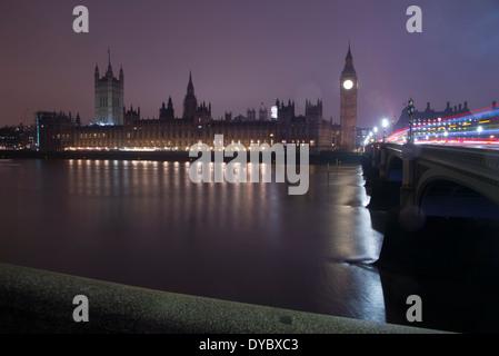 Le Case del Parlamento, Londra - Palazzo di Westminster, il Big Ben e la luce sentieri sul Westminster Bridge dalla Foto Stock