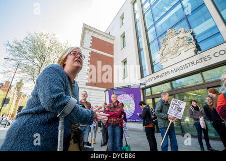 """Londra, UK . Xiv Apr, 2014. Amy Jowett, anti-fascisti protester cui gamba è stato interrotto dalla polizia il 1 giugno 2013 durante un contatore-dimostrazione contro la BNP, si unisce la protesta di solidarietà per il """"antifasciste"""" cinque dimostranti fuori Westminster Magistrates Court di Londra. Credito: Guy Corbishley/Alamy Live News"""