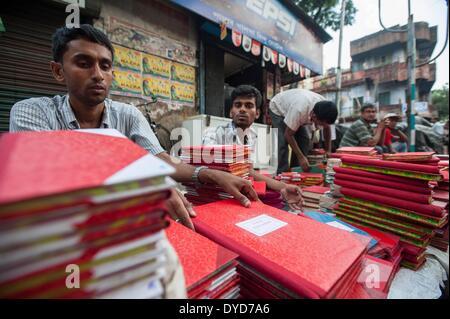 Calcutta, lo stato indiano del Bengala Occidentale. 15 apr 2014. Indian ambulanti vendono nuova contabilità ledger Foto Stock
