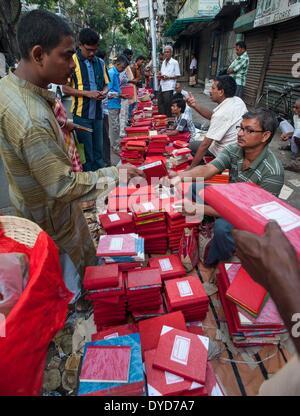 Calcutta, lo stato indiano del Bengala Occidentale. 15 apr 2014. Commercianti indiano acquista nuovo registro di Foto Stock