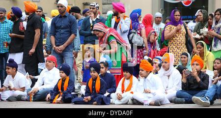 San Giovanni Valdarno, Toscana, Italia - 13 April, 2014. nagarkirtan, indiano processione religiosa ha celebrato in diverse parti d Italia e del mondo. tutti i partecipanti indossano abiti tradizionali e turbante con l'emblema della fede sikh. Foto Stock