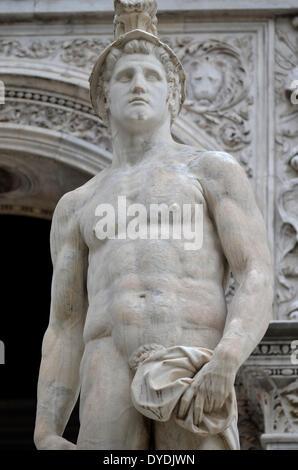 Marte dio della guerra bellicose statua in marmo romano classico Italia cultura dio della guerra Venezia Palazzo Foto Stock