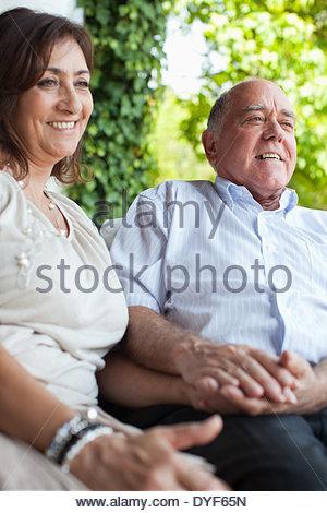 Giovane tenendo le mani sul patio Foto Stock