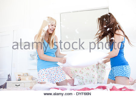 Le donne di combattimento a cuscino in camera da letto Foto Stock