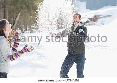 Paio di lotta con le palle di neve Foto Stock