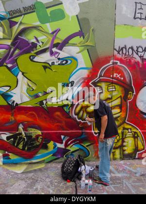 Parigi, Francia, Francese giovane artista di graffiti parete di pittura, vibrante di arte moderna Foto Stock