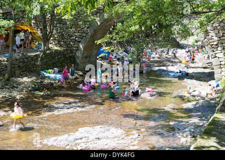 Per coloro che godono di una vasca da bagno in un piccolo fiume in estate in Corea del sud nei pressi di Yeosu Foto Stock