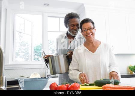 Coppia senior per la cottura in cucina