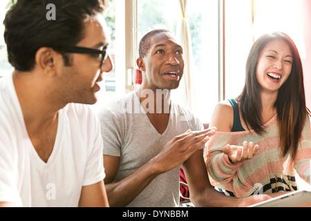 Gli amici di ridere insieme in cafe