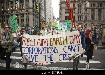 New York, NY, STATI UNITI D'AMERICA . 22 apr 2014. Gli attivisti ambientali rally su terra giorno a Zuccotti Park, poi da marzo a Wall Street per la chiamata di sistema non modifica il cambiamento climatico. Il occupare movimento è ancora intorno a NYC sembra. Credito: David Grossman/Alamy Live News