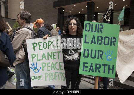 New York, NY, Stati Uniti d'America , 22 Apr 2014. Gli attivisti ambientali rally su terra giorno a Zuccotti Park, poi da marzo a Wall Street per la chiamata di sistema non modifica il cambiamento climatico. Il occupare movimento è ancora intorno a NYC sembra. Credito: David Grossman/Alamy Live News