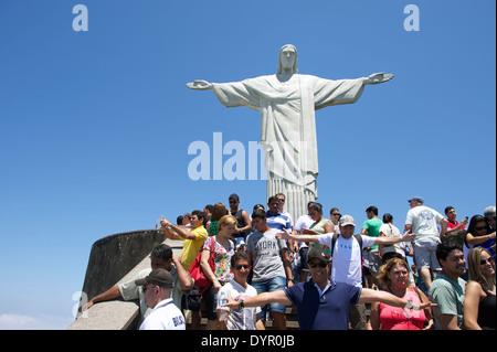 RIO DE JANEIRO, Brasile - 20 ottobre 2013: turisti che posano per una foto sulla piattaforma di osservazione presso la statua del Cristo Rede Foto Stock