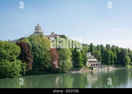 Vista della chiesa del Monte dei Cappuccini si riflette nel fiume Po, Torino, Italia