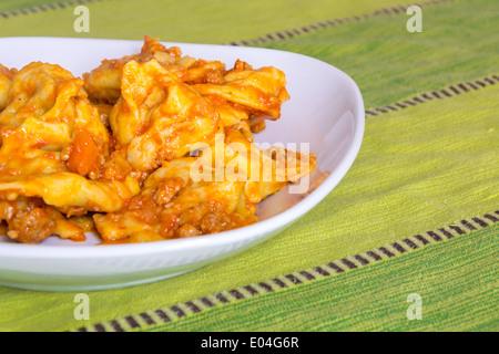 Cappellacci con ragù; pasta farcita con zucca (celebre piatto in Ferrara) Foto Stock