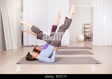 Due donne facendo Pilates esercizi in palestra Foto Stock