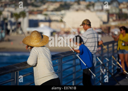 Serata di pesca sul Molo: Hermosa Beach in California. Foto Stock
