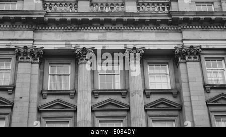 Dettagli architettonici di un edificio storico con colonne corinzie, in Newcastle upon Tyne, England, Regno Unito Foto Stock
