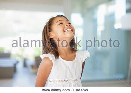 Ragazza sorridente in piedi in casa Foto Stock