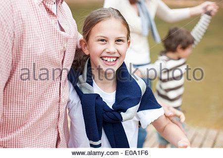 Famiglia seduta sul molo sul lago di garda Foto Stock